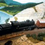 Terminé: C 5/6 (Roco) sur le petit pont avec une peinture en arrière-plan pour prolonger la perspective