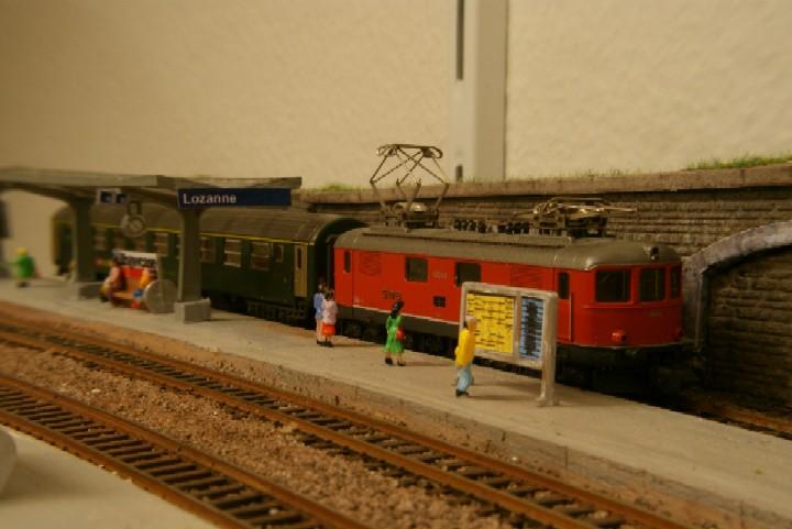 Ce week-end, je me suis mis aux petits détails des quais de la gare. Quelques personnages (actuellement 40, mais ça semble encore désert...), les horaires et formation des trains, les marquises et numérotation des quais...