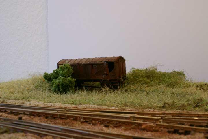 ... et à droite sur une voie désaffectée, un vieux wagon qui rouille entre les herbes folles.