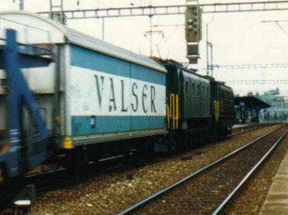 2 Ae 4/7 Sécheron en commande multiple à la tête d'un train marchandise, en gare de Nyon (1987 probablement).