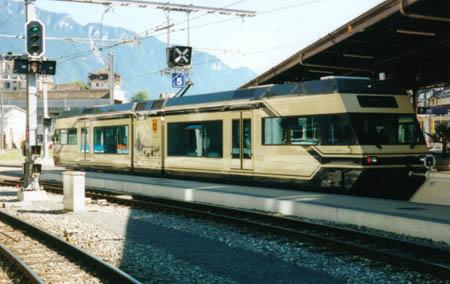"""Troisième vocation, celle d'un train de banlieue. Cette automotrice Be 2/6, nommée """"Chemin de fer léger de la Riviéra"""", circule entre Montreux et Les Avants, pour transporter les pendulaires, ainsi qu'entre Vevey et Blonay, sur la ligne des Chemins de fer électriques veveysans (CEV), aujourd'hui aussi membre du groupe MOB."""