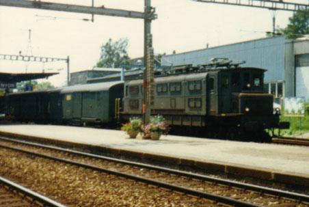 Une BBC (on la distingue des MFO par la disposition du toît et des Sécherons par l'allure du côté) à la tête d'un train postal. (Nyon 1987)