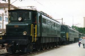 En compagnie d'une locomotive de la même famille, l'Ae 8/14 11801 de 1931, la 10976 (MFO) historique lors de la parade des locomotives à La Chaux-de-Fonds en 1997 (150 de chemins de fer en Suisse).