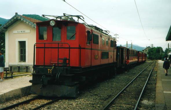 Tracteur T9 du SGLM. Le wagon qui suit la motrice contient un compresseur pour le frainage du train.