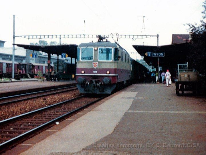 Nyon toujours, Re 4/4 II aux couleurs TEE à la tête d'un train direct en direction de Genève.