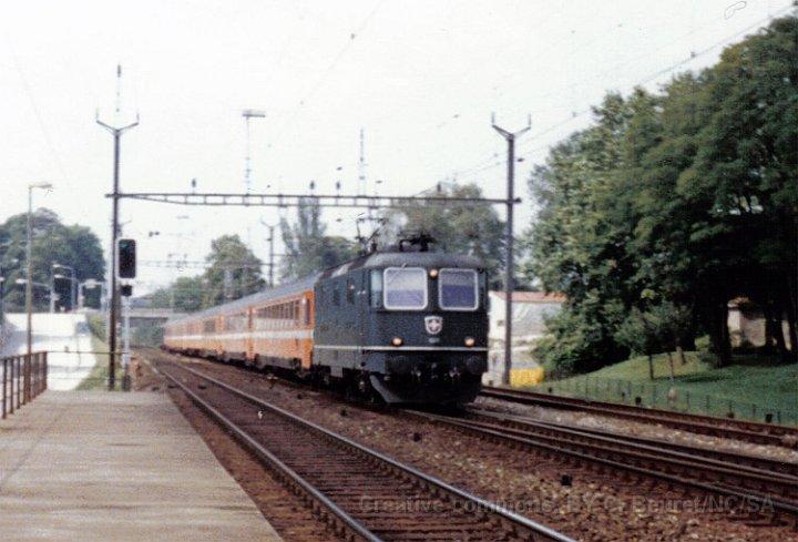 Re 4/4 II de la série 11156-11349 à la tête de l'EC Rialto à Nyon en 1986.